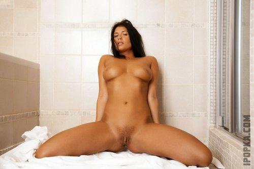Обнаженная девушка дня на полу в ванной