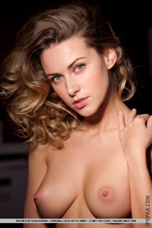 Фото роскошной девушки в кружевном нижнем белье на шелковых простынях