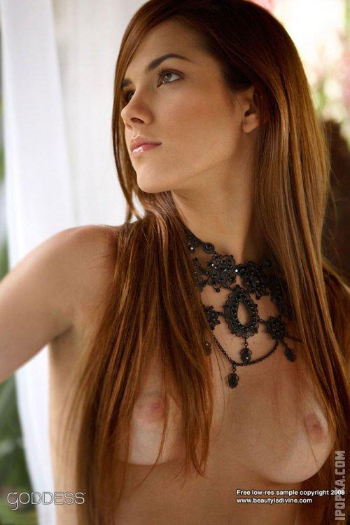 Рыжая девушка с красивым колье на фото абсолютно голая