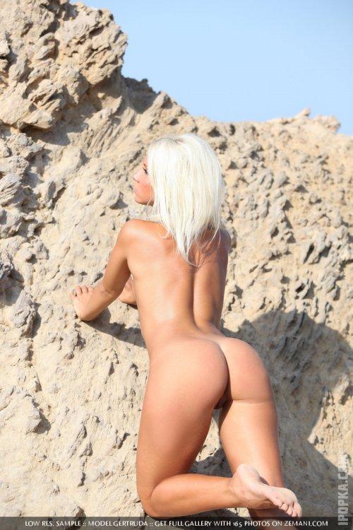 Фото девушки в невероятно сексуальном сетчатом комбинезоне