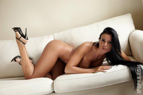 Модель Эшли Булгари показывает свои молодые, упругие сиськи