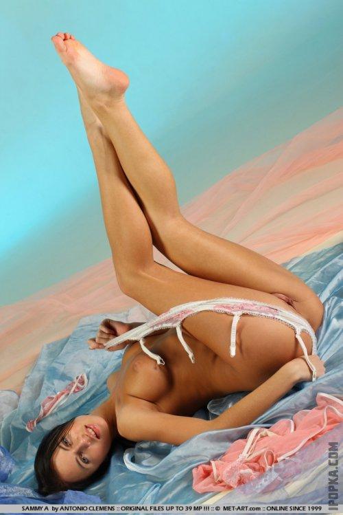 Соблазнительная брюнетка с идеальной телом в эротичном белье разделась на фотках