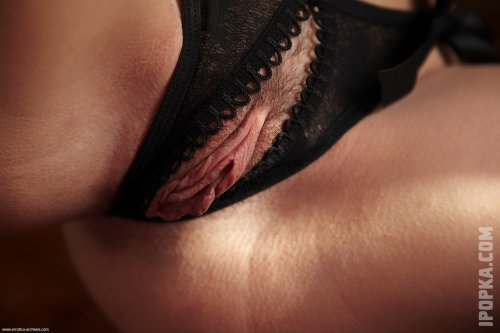 Голая брюнетка с идеальным телом в сексуальном белье на фото