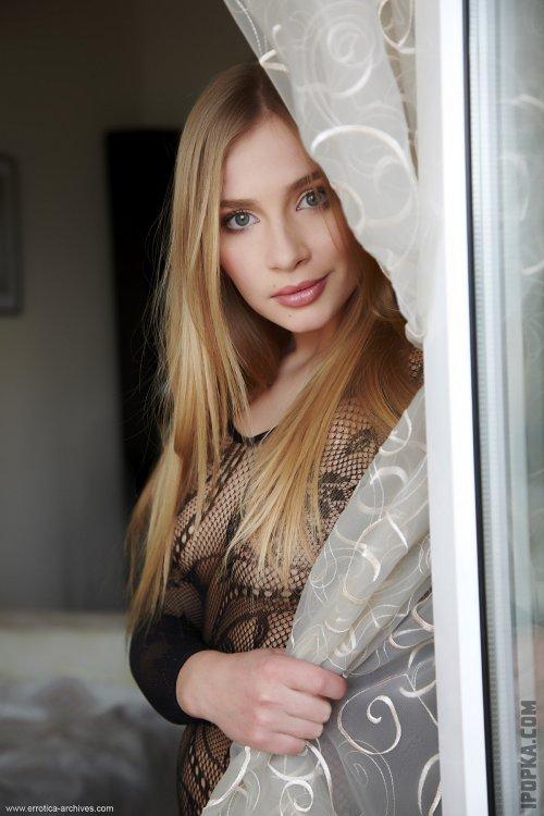 Романтичная блондинка в черном кружевном комбинезоне показывает всю себя на фото
