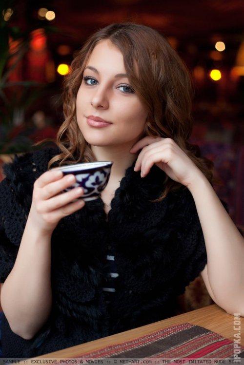 Озорница устроила стриптиз, показав розовое кружевное белье прямо за утренним кофе