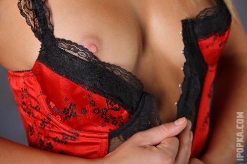 Сексуальная блондинка Шэрон в красном корсете обнажила упругие сиськи