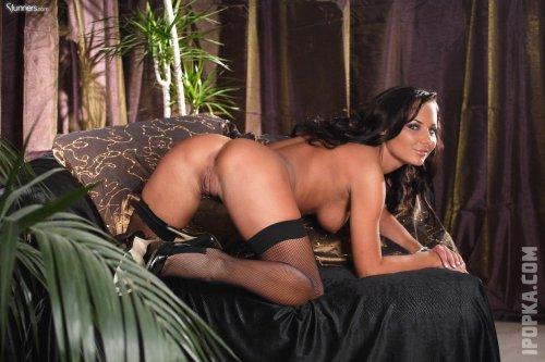 Сексуальна Барбора в черном, сетчатом нижнем белье демонстрирует свое голое тело