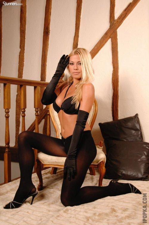 Адриана Малкова в наряде игривой кошечки демонстрирует свое прекрасное обнаженное тело