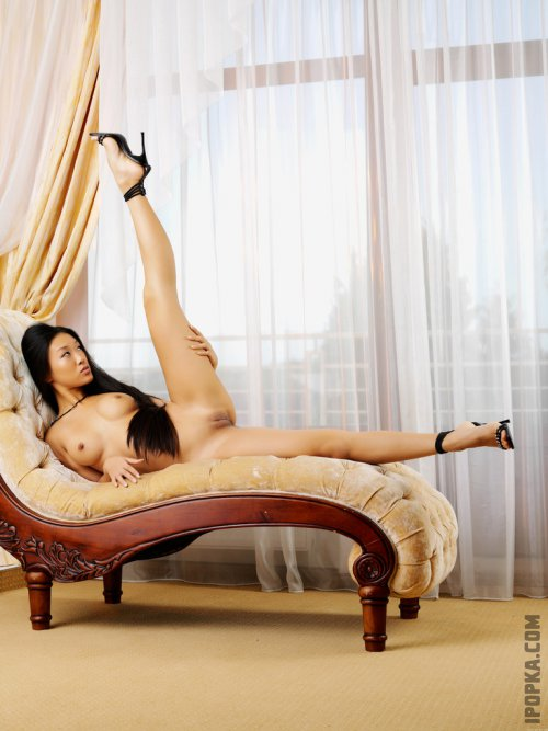 Сексуальные девушки азиатки позируют голыми, светя своими грудями и попками