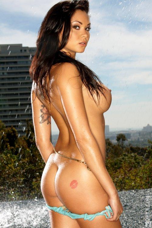Красивые азиаточки с голыми грудями и попками резвятся на фото