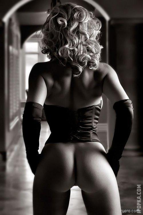 Красивые блондинки и брюнетки с открытой спиной