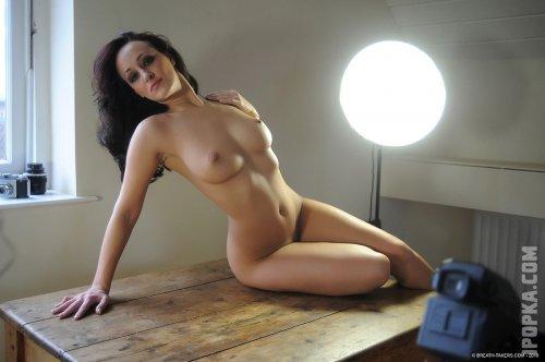Озорные девушки показывают голые сиськи на фото