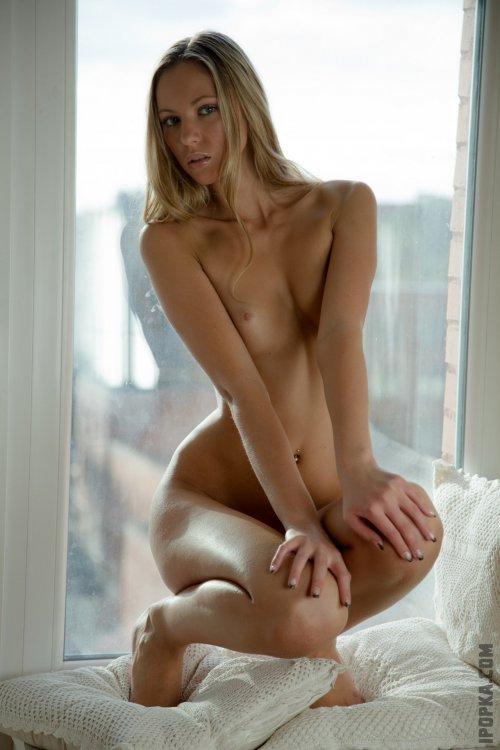 Нескромные девушки обнажают красивую грудь на фото