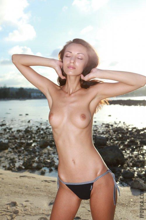 Голые девочки с наслаждением светят грудью