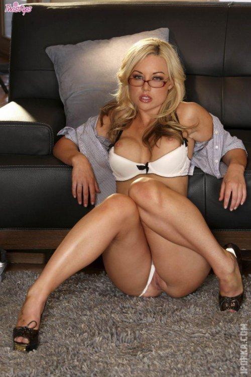 Лучшие фото голых секретарш, которые соблазняют своими большими сиськами