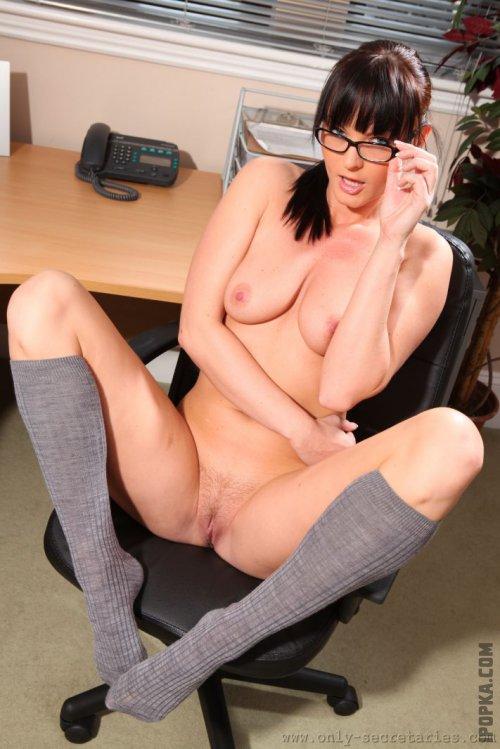 Молодые сисястые секретарши раздеваются на картинках