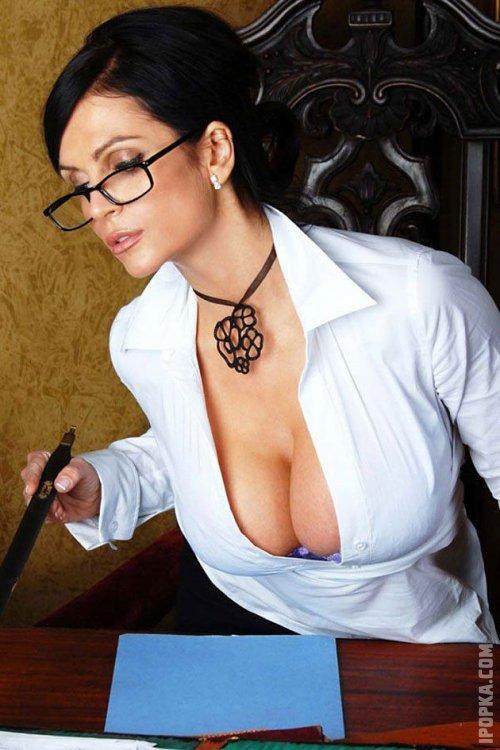 Красивые секретарши с большими сиськами позируют на фото без одежды