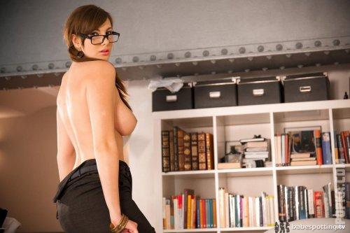 Грудастые секретарши раздеваются в офисе и позируют для картинок