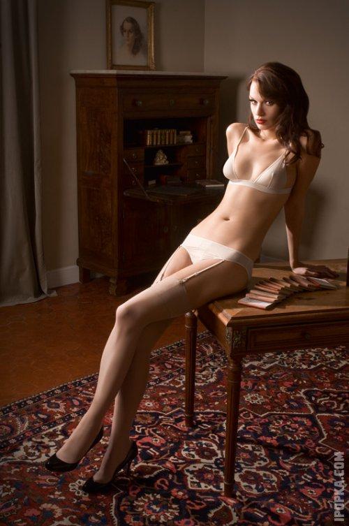 Обнаженные стройные ножки сексуальной телочки в чулках