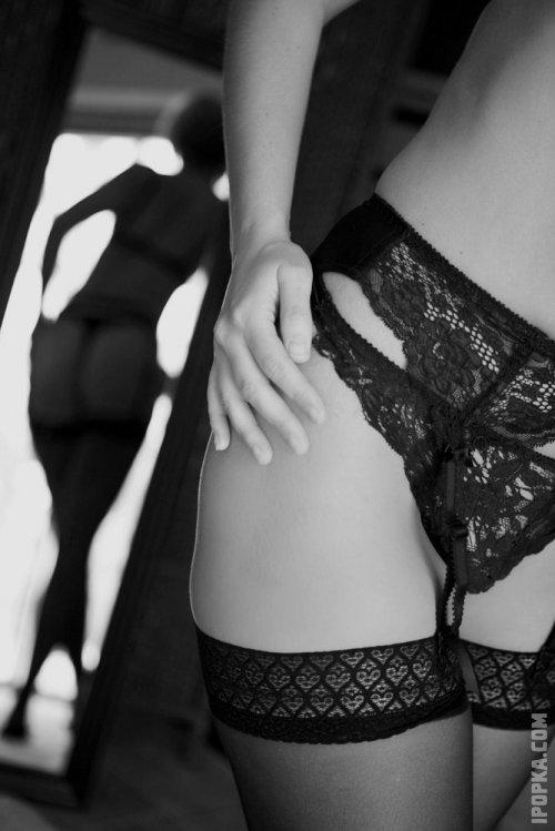 Сексуальные девушки с горячими попками позируют на картинках в чулочках