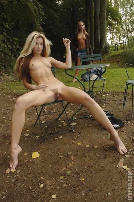 Красивые девушки показывают свои письки и голые киски