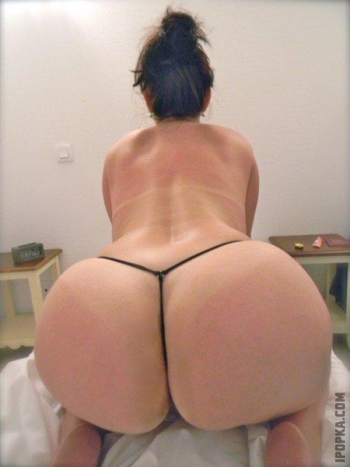 Зрелые женщины показывают свои большие голые жопы