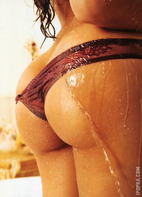 Девки показывают свои круглые попы в трусах стрингах