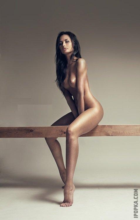 Обнаженные телки показывают горячие тела и стройные ноги