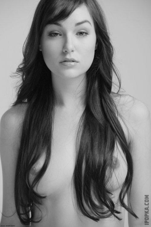 Саша Грей в трусиках обнажила грудь, красивые картинки