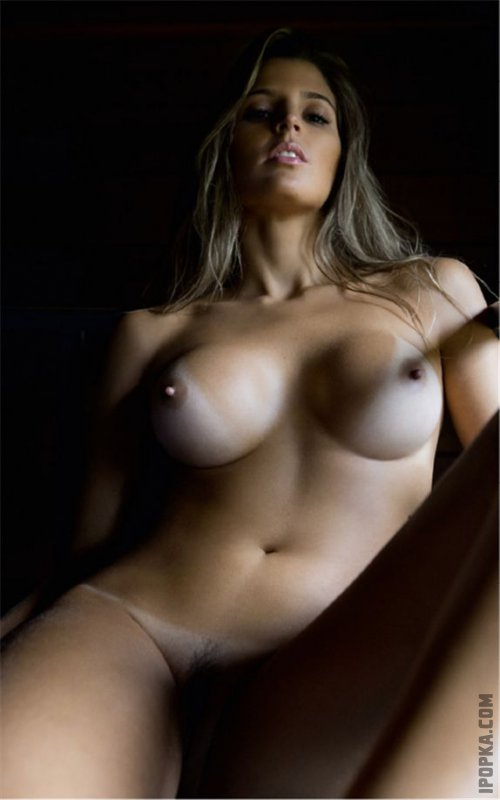 Взрослые женщины показывают голую грудь