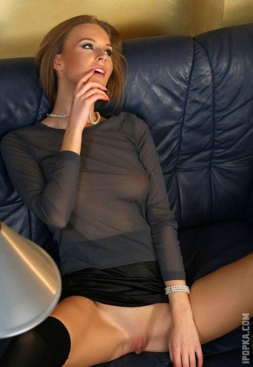 Сексуальные секретарши показывают трусики и писю под юбкой