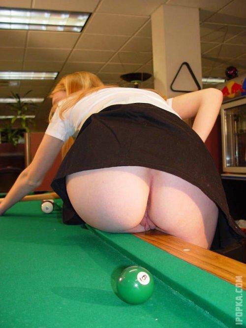 Частная эротика на фото, девушки без трусиков дают заглянуть под юбку