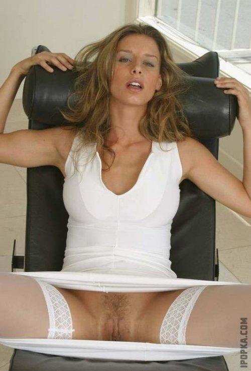 Сексуальные телки подняли юбки и разрешили подсмотреть