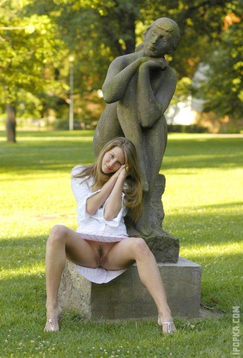 Красивые девки задрали юбки, подглядываем