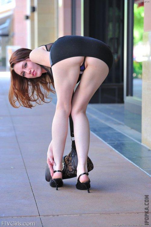 Красивые девки задрали юбки и платья обнажив попку