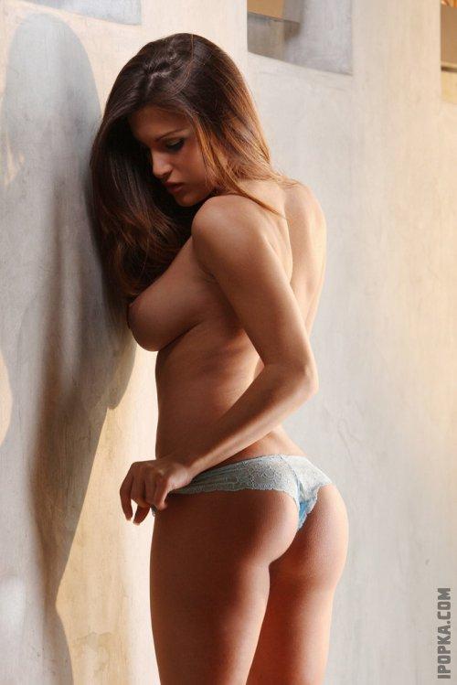 Красивые девичьи задницы в стрингах очень эротичны