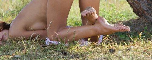 Красивые голые девушки позируют на природе горячие фотки