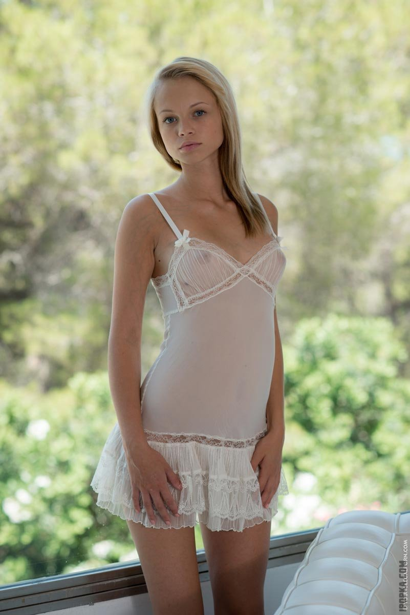 Молодая блондинка с маленькой грудью
