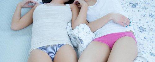 Секс лесбиянок подружки нежно и откровенно ласкают свои письки