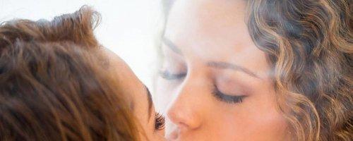 Девушки лесби нежно ласкают и лижут красивые голые киски