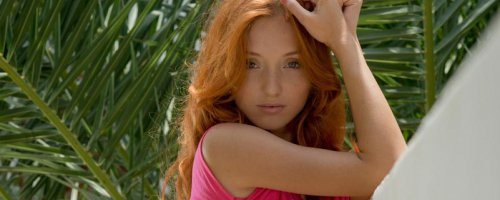 Голая рыжая девушка с кудрявыми волосами разделась догола