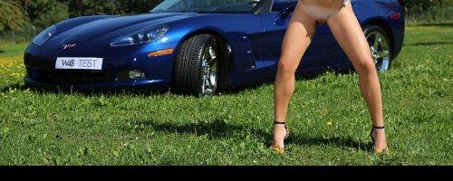 Девушка показывает голую пизду в машине откровенная фото эротика