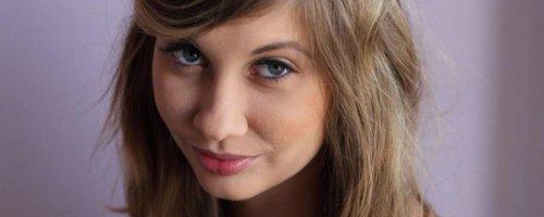 Молодая девушка с идеально красивой грудью и киской