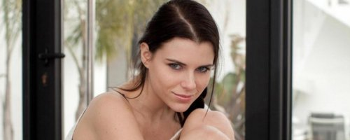 Юная голая девушка показывает шикарную эротику дома