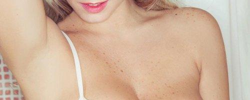 Пышнотелая красотка обнажила натуральную грудь