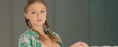 Эротические фото красивой голой пизды молодой девушки