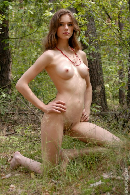 Сексуальные красотки и их обнаженные тела на фоне природы