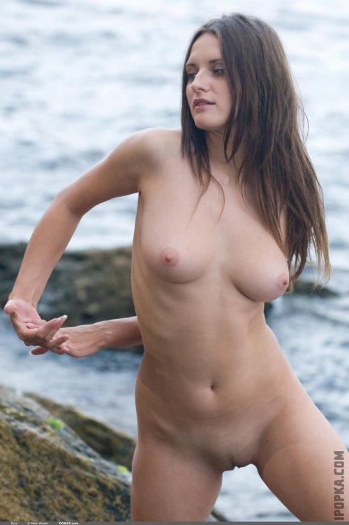 Голые девки отдыхают на природе красивая эротика и ню