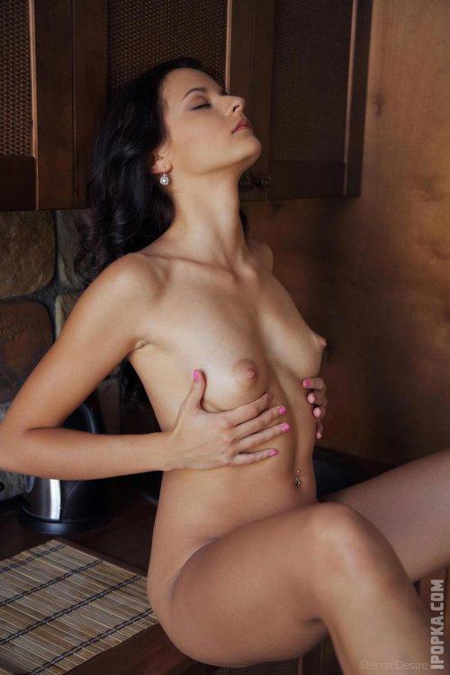 Голая брюнетка с маленькой грудью и красивым лицом полностью разделась