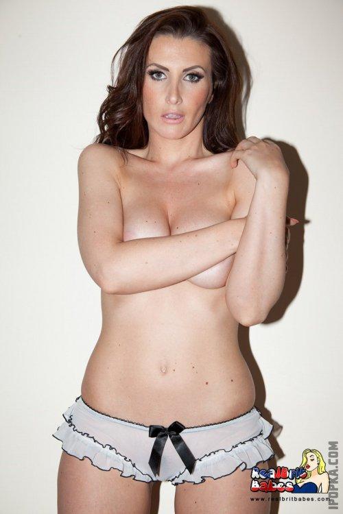 Женщина сняла белье и показала свою голую натуральную грудь